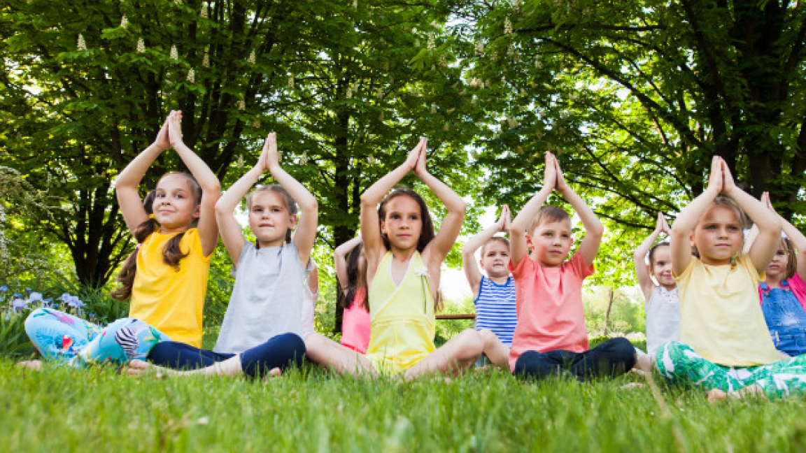 Yoga enfant en plein-air